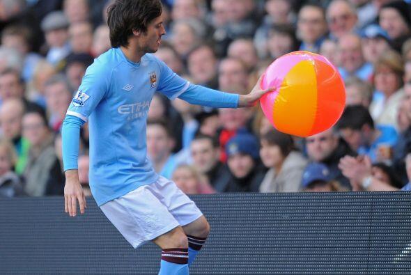 Una imagen curiosa, David Silva sacando una pelota de playa.