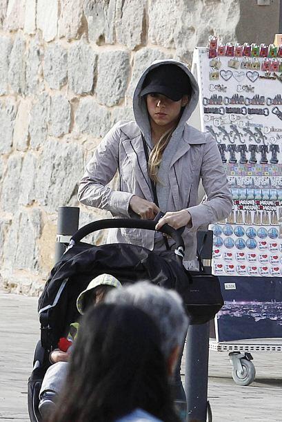 Sentó a Milan en su carrito de bebé y comenzaron a pasear. Más videos de...