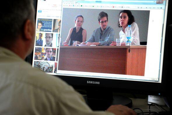 Finalmente, 19 días de su llegada a Moscú, Snowden reaparece públicament...