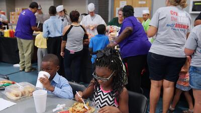 Organizaciones locales unen esfuerzos para brindar asistencia alimentaria a niños afectados por Harvey