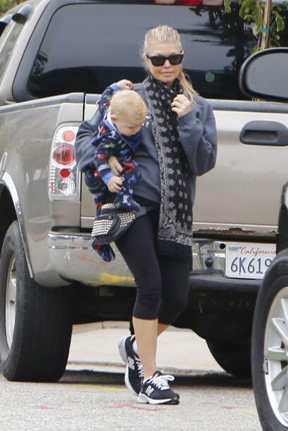 La verdad es que la bufanda de Fergie se ve tan calientita, que hasta no...