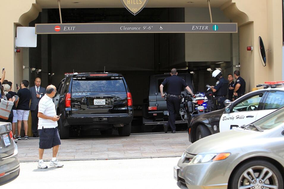 Para evitar una congestión de trásito, cuatro oficiales lo instruyeron p...