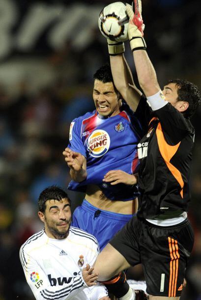Iker Casillas no tuvo un partido fácil, una salida desafortunada le dio...