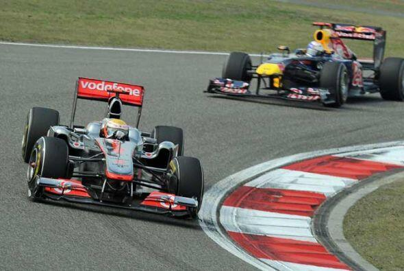 Hamilton logró pasar a Vettel a cuatro vueltas del final, rumbo a su pri...