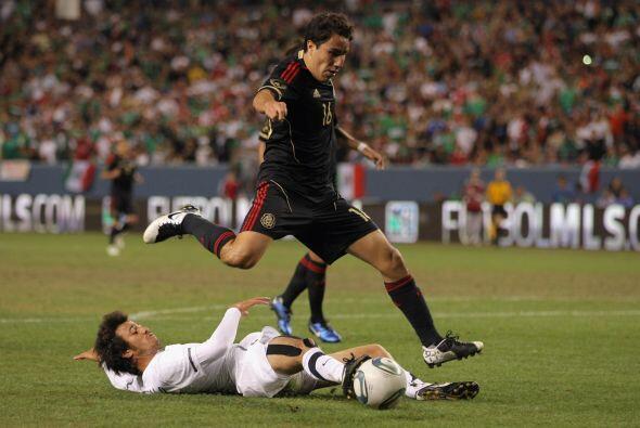 El otro extremo de la defensa mexicana, Efraín Juárez, jugador número 16...