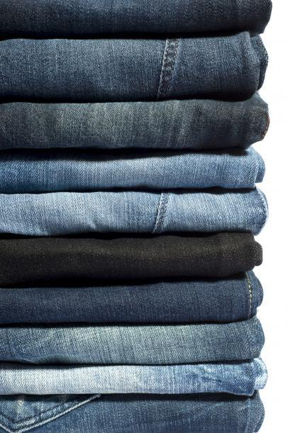 Jeans. Lava tus vaqueros del revés y con agua fría, utiliz...