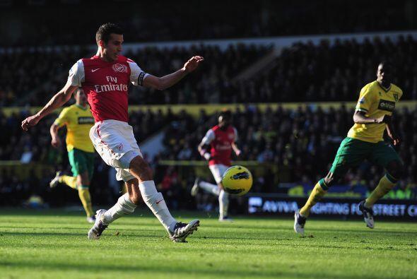 El Arsenal tuvo que remontar una desventaja y Van Persie lo logró, metió...