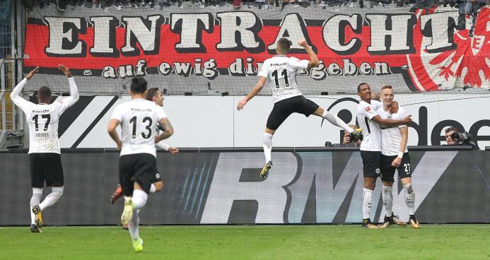 Con Carlos Salcedo en cancha, Eintracht Frankfurt salvó el empate contra...