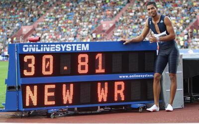 Wayde van Niekerk con su nuevo récord mundial