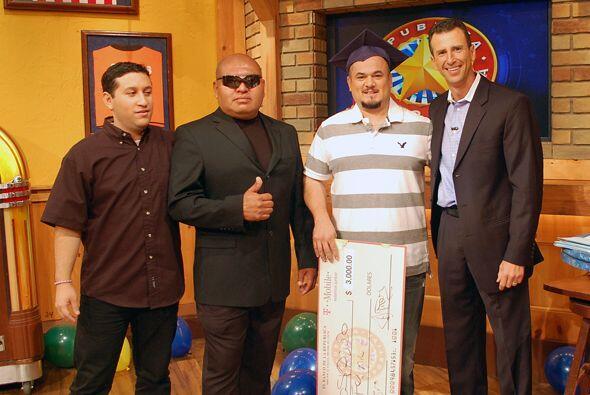 El Samurai y Félix felicitaron al nuevo campeón.