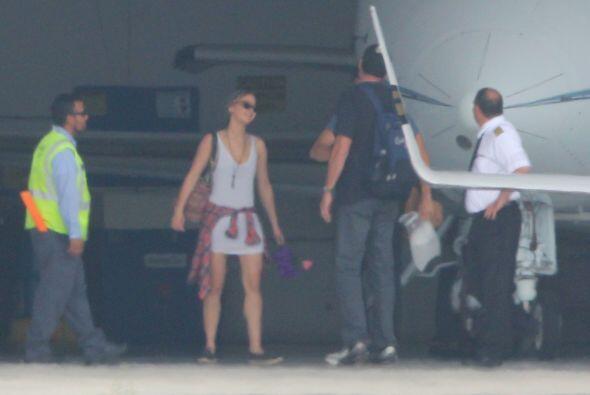 Mientras esperaban el carro que los recogería, Chris y Jenn conversaron...