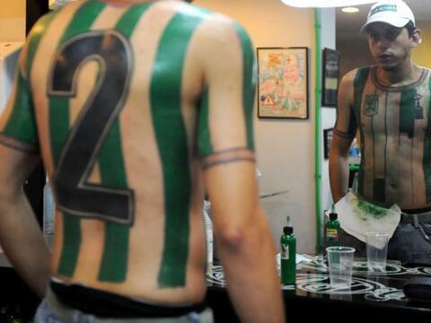 El colombiano Felipe Álvarez tatuó su torso con la camiset...