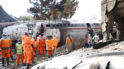 Envuelto en llamas quedó un avión que se salió de la pista durante el aterrizaje