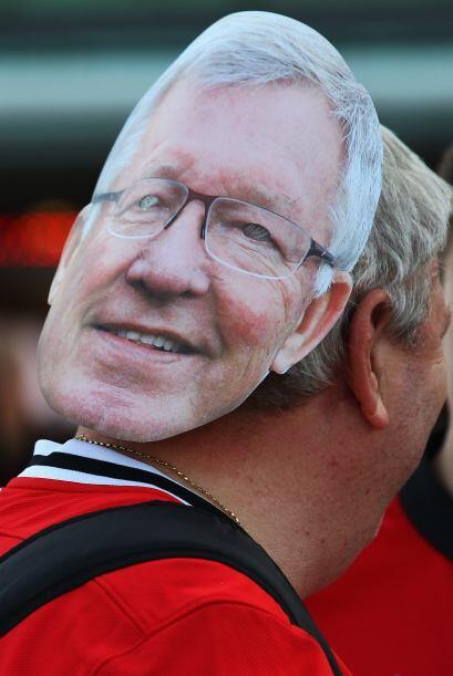 Aún se veían fanáticos con algún 'souvenir' que recuerda a Alex Ferguson...