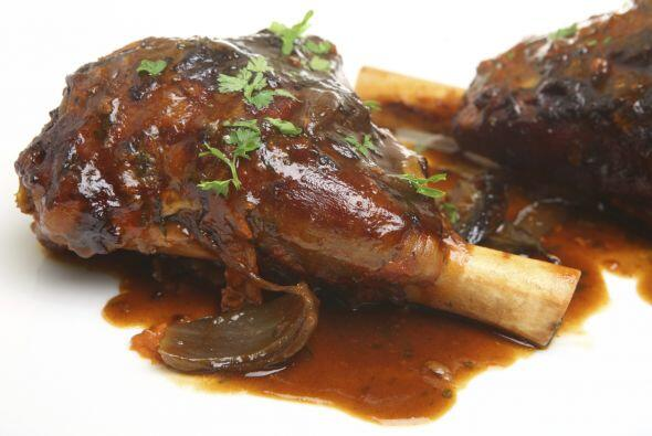 Sazona la salsa con sal marina y échala sobre la carne. ¡Bon appétit!
