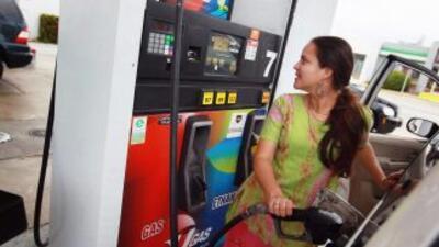La mayoría de los conductores gasta menos combustible para ahorrar diner...
