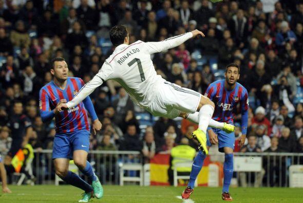 Cuando se jugaba el minuto 18, el portugués intentó anotar de tijera per...