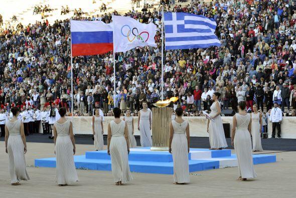 La antorcha olímpica fue entregada el sábado a los organizadores de los...