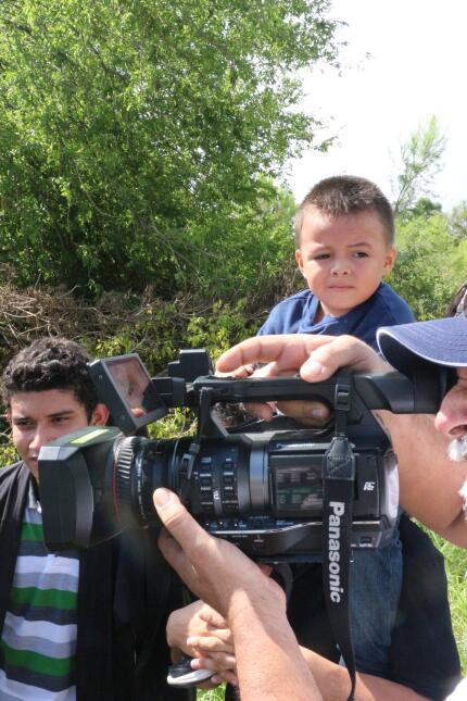 Satiel Morales, de 24 años, cargaba en hombros a su niño de cuatro. El c...