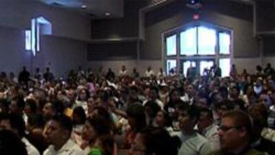 Miembros de la comunidad local asistieron a la Iglesia para escuchar a s...