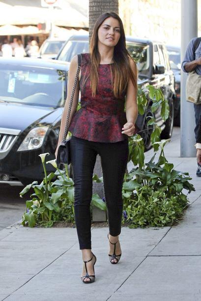 La cantante y actriz fue captada en Los Ángeles durante un día de compra...