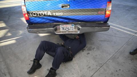 Agentes fronterizos inspeccionan un vehículo para revisar que no...