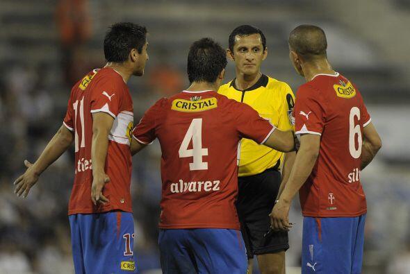 En el mismo juego los jugadores de la Católica se quejan con tono amenaz...