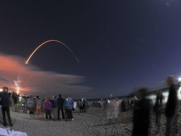 Testigos del reciente despegue del Atlas V, desde Cabo Cañaveral, public...