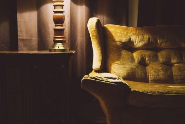 Un tocadiscos, muebles inspirados en esa época, textiles teñidos con la...