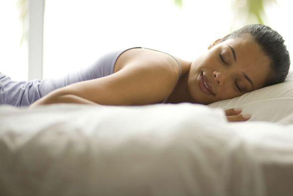 Al dormir. Ginn explicó en WebMD que puede detectar de qué lado duermen...