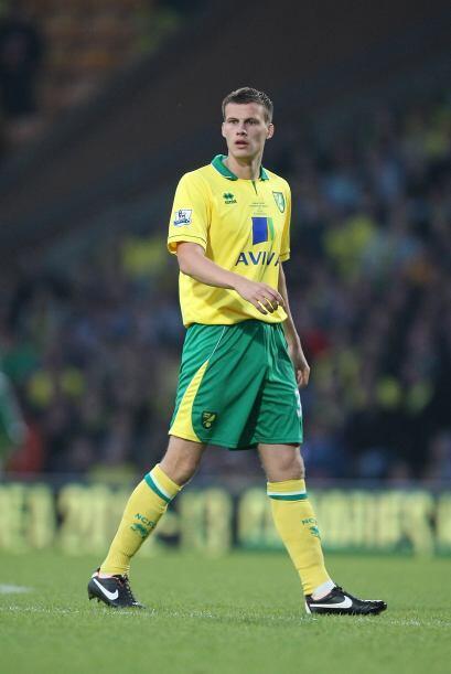 La defensa inicia con el joven inglés Ryan Bennett, jugador del Norwich...