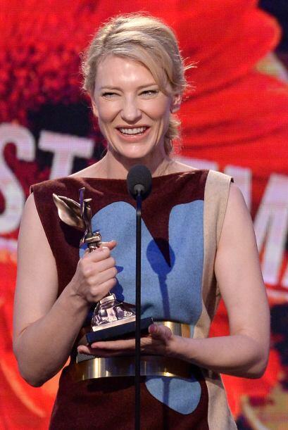 Cate Blanchett, feliz con su premio.  Mira aquí los videos más chismosos.