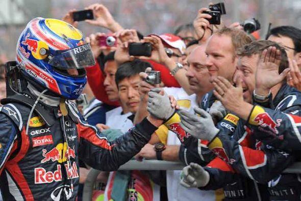 Webber recibió el saludo de sus mecánicos tras su magnifica actuación al...