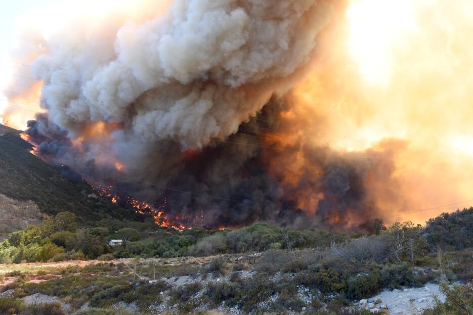 Las llamas estallaron cerca de la autopista 15.