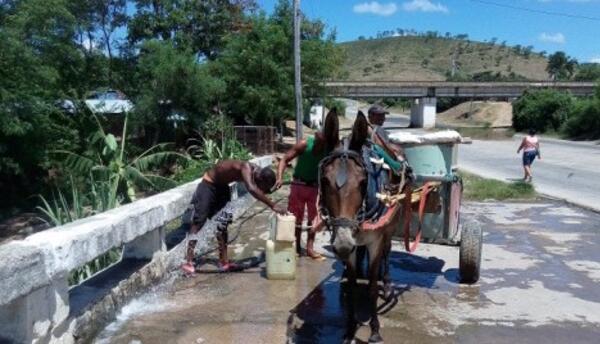 Mucha gente en Santiago depende de los aguadores para el agua que consume.