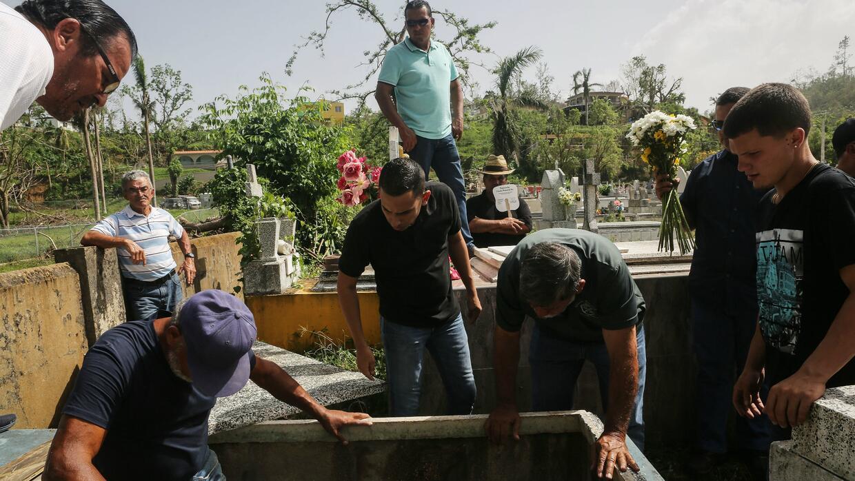 Personas en un sepelio en Utuado luego del paso del huracán María.