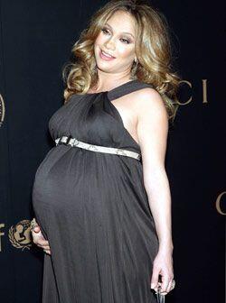 Jennifer Lopez lucia bella con no solo un bebe, sino 2 durante la espera...