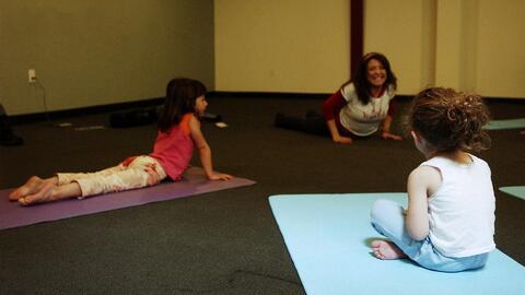 Esta es la divertida manera de motivar a los niños para que practiquen yoga