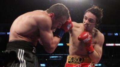Julio César Chávez jr castiga a Sebastian Zbik en la pelea ganada por el...