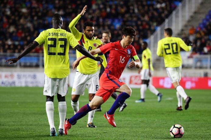 Colombia tropezó en su visita a Corea del Sur gettyimages-872443020.jpg