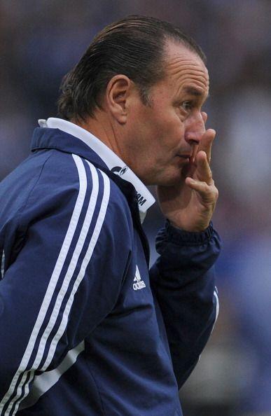 Tambié le olía algo mal al entrenador del Schalke o4 Huub Steves.