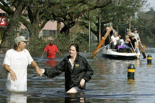 Un grupo de personas trata de avanzar en el agua para encontrar un lugar...