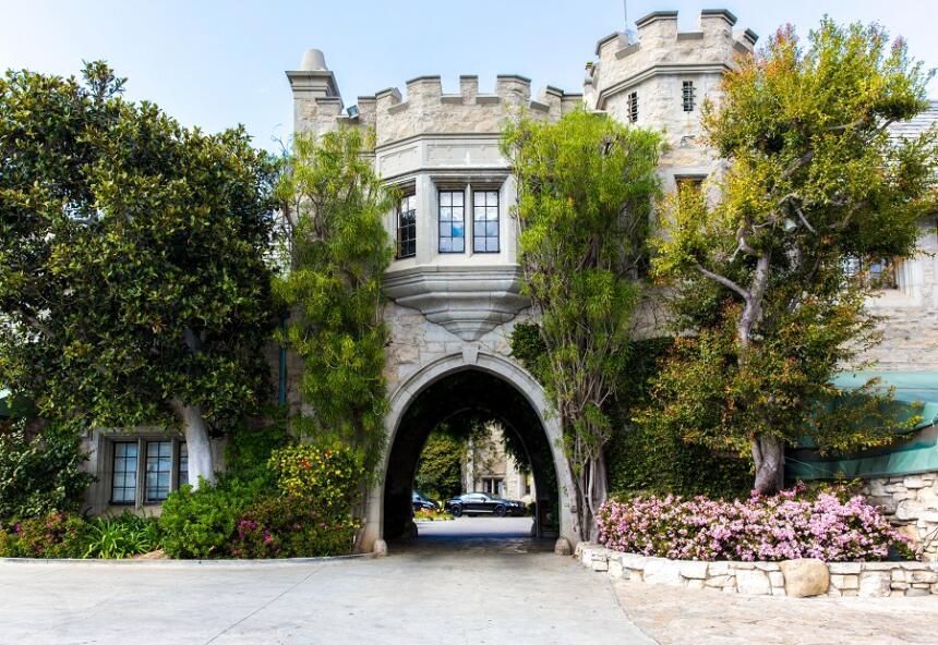 Uno de los accesos a la mansión Playboy, hogar de Hugh Hefner