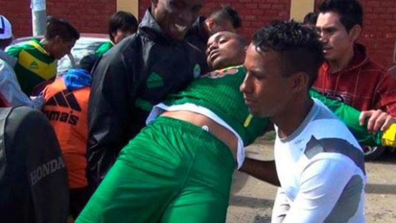 El futbolista fue auxiliado por sus compañeros tras sufrir una golpiza.