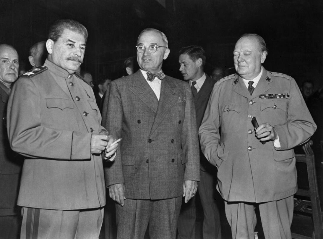Winston Churchill (D), el primer ministro británico Iosif Vissariónovich...