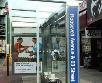 Un parada de buses sobre la Avenida Roosevelt muestra, en español, dos i...