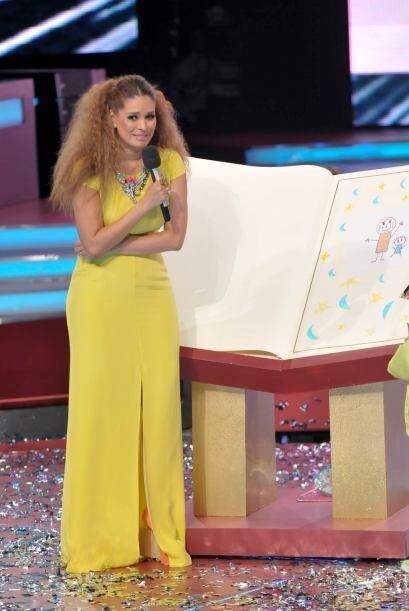 ¡Este hermoso vestido amarillo iba muy bien con su color de piel!