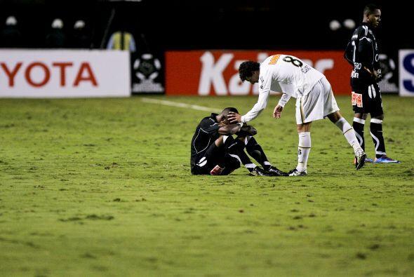 En el mismo partido, Leo del Santos saluda y le levanta el ánimo a un ju...