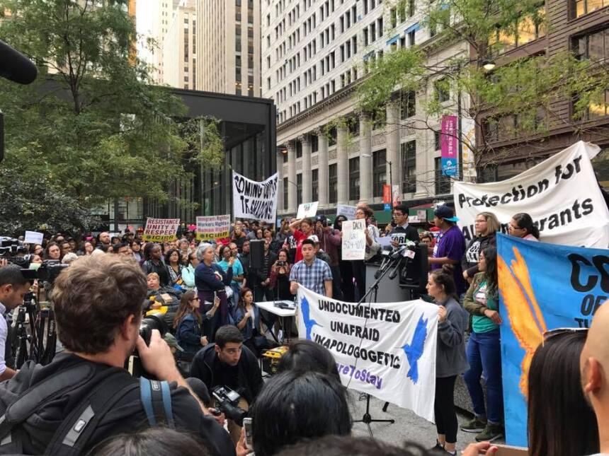 Decenas de manifestantes se concentran en la Plaza Federal en Chicago tr...