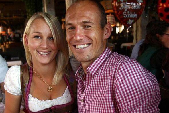 Arjen Robben subió a Twitter esta foto con su esposa acompañada por la f...